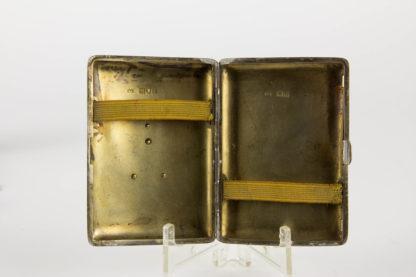 """Zigarettenetui, Geschenk von Eduard den 7. von England an Frederick KERR (geb. 11. 10. 1858 in London, England; † 3. Mai 1933 ebenda, war ein britischer Theater- und Filmschauspieler), für die Privataufführung Peters Mother am 7. Dezember 1906 in Sandringham. Das Besondere am Monogramm ist das """"I"""" für Imperator, Silberschmied Alfred Clark London, guter Zustand. 8,5 x 9,5 cm, Cigarette case, England, gift from Eduard VII of England to Frederick KERR, for """"Peters Mother"""" on the 7th of December 1906 in Sandringham."""