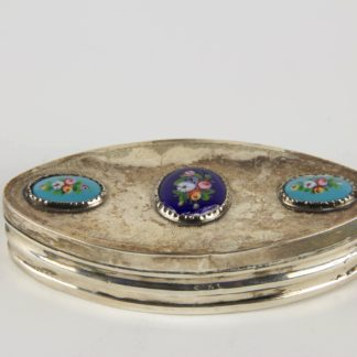 Schnupftabakdose, Schweden, Silber, gestempelt, 1856 Nils Johan Aström, Sundsvall, spitzovale Form, Deckel mit Emaillkartuschen mit Blumenbemalung. L: 10 cm, Snuff box, silver, marked, Sweden, 1856 Nils Johan Aström, Sundsvall, cover with flowers in enamel painting, good condition, www.beyreuther.de