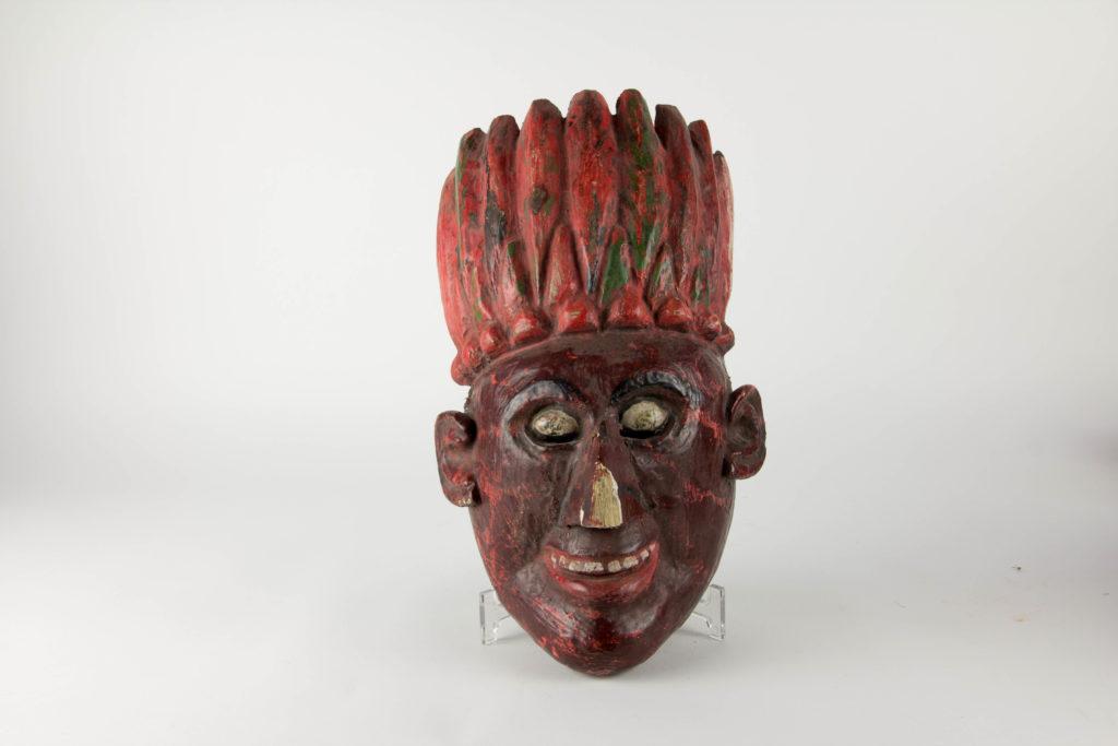 Holzmaske, 20. Jh., dunkelrot bemalt, beschädigt, Tragespuren. L: 36 cm, www.beyreuther.de