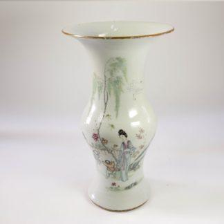 Baluster-Vase, China, Ende 19. Jh., auf Schauseite Frau mit Kind in polychromer Malerei, auf Rückseite chinesischer Text, Lippenrand bestoßen. H: 36 cm. www.beyreuther.de