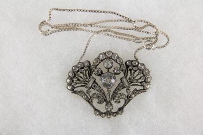 Anhänger, Schweden, 20. Jh., Silber, gestempelt S, in Form von Blumenbouquets, besetzt mit farblosen Steinen, gewürfelte Kette vermutlich später. H: 3,5 cm, B: 4,5 cm, www.beyreuther.de