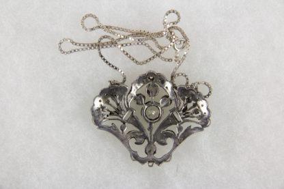 Anhänger, Schweden, 20. Jh., Silber, gestempelt S, in Form von Blumenbouquets, besetzt mit farblosen Steinen, gewürfelte Kette vermutlich später. H: 3,5 cm, B: 4,5 cm.
