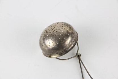 Teesieb, Schweden, Silber gestempelt, 16 g, Gebrauchsspuren. D: 5 cm.