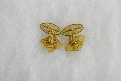 Paar Manschettenknöpfe, Äthiopien, Anf. 20. Jh., 18 Karat Gold, 8,8 g, verziert mit dem Wappen von Äthiopien, Geschenk von Kaiser Haile Selassie, feine Filigranarbeit. 2 cm x 2 cm.
