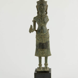 Buddha, Kambodscha, 12./13. Jh., Khmer Angkor Periode, Bronze, ein Arm fehlt, Figur zusammengesetzt (restauriert), auf modernen Sockel, starke Gebrauchsspuren, H: 17,5 cm.