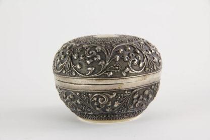 Dose, Persien?, Silber, handgetrieben mit plastischen Ornamenten verziert, tiefere Stellen schwarz patiniert, hochwertige, feine Handarbeit. H: 70 cm, D: 8,5 cm, 100g.