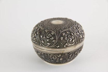 Dose, Persien?, Silber, handgetrieben mit plastischen Ornamenten verziert, tiefere Stellen schwarz patiniert, hochwertige, feine Handarbeit. H: 70 cm, D: 8,5 cm, 100g, www.beyreuther.de