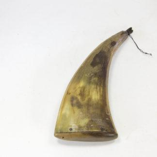 Pulverhorn, 18./19. Jh., Kuhhorn, Ausguss in Form eines Kopfes, Holzstöpsel, Gebrauchsspuren. L: 18 cm, Powder horn 18th/19th century, cow horn, good condtion, www.beyreuther.de