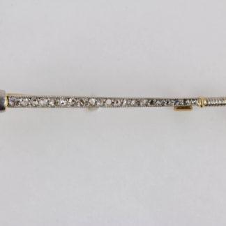 Anstecknadel, Anf. 20. Jh., 585er Gold, undeutlich punziert, in Form eines Poloschlägers, besetzt mit Rubinen und kleinen Diamanten, ein Rubin, und zwei Diamanten fehlen, guter Zustand, ausgefallen. L: 4,5 cm, www.beyreuther.de