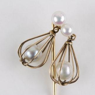 Krawattennadel, Ende 19./Anf. 20. Jh., 585er Gold, nicht gestempelt, in zwei konisch gearbeiteten Körben bewegliche Perlen, als Abschluß ebenfalls 2 Perlen, sehr originell, Tragespuren. L: 6 cm, Pin tie, gold, with pearls in baskets, good condition, www.beyreuther.de