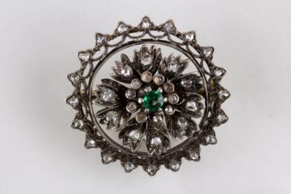 Brosche, Mitte 19. Jh., Gold mit Silber aufgelegt, verziert mit Brillanten in Altschliff, in Mitte grüner Stein, wohl später, 4 kleine Brillanten fehlen. D: 3 cm, Gewicht: 11 g, www.beyreuther.de