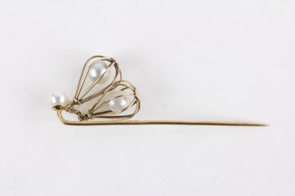 Krawattennadel, Ende 19./Anf. 20. Jh., 585er Gold, nicht gestempelt, in zwei konisch gearbeiteten Körben bewegliche Perlen, als Abschluß ebenfalls 2 Perlen, sehr originell, Tragespuren. L: 6 cm, Pin tie, gold, with pearls in baskets, good condition