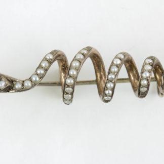Brosche, 19. Jh., Silber, nicht gestempelt, in Form einer Schlange, mit Flussperlen und zwei Rubinen besetzt, sehr dekorativ, Gebrauchsspuren. L: 4,5 cm.