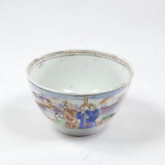 Teeschale, 19. Jh., China, Mandarinporzellan, umlaufend farbig bemalt mit Figurengruppen, unbeschädigt. H: 5 cm, D: 8 cm, www.beyreuther.de