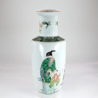 Rouleau Vase, China, 19. Jh., gemarkt, im Kangxi Stil, verziert mit 2 Müttern und ihren Kindern, unbeschädigt, Gebrauchsspuren. H: 44 cm, www.beyreuther.de