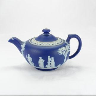 Teekanne, England, um 1900, gemarkt Wedgwood, dunkelblaue Jasperware mit klassischen Motiven, 2 kleine Chips am Ausguss, sonst unbeschädigt, Gebrauchsspuren. H: 10 cm, www.beyreuther.de