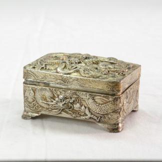Dose, China, um 1900, Zinn versilbert, gemarkt mit chinesischen Zeichen, umlaufend und auf Deckel Darstellung des Chinesischen Drachen, guter Zustand. H: 5 cm, B: 9 cm, T: 6,5 cm, www.beyreuther.de
