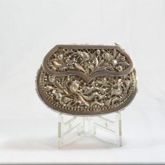Abendtasche, China 20. Jh. Silber feine Handarbeit halbplastisch ausgearbeitete Tiere und Pflanzen. H: 6,5 cm, B: 9 cm, www.beyreuther.de