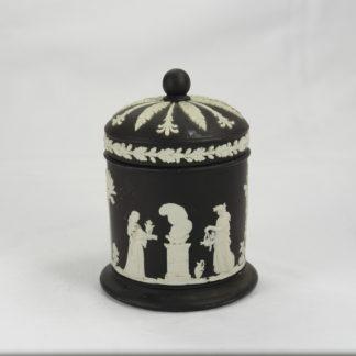 Dose, England, Mitte 20. Jh., gemarkt Wedgwood, schwarze Jasperware, unbeschädigt. H: 11 cm, www.beyreuther.de