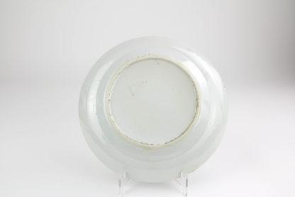 Teller, China, Mitte 19. Jh., ungemarkt, Spiegel bemalt mit höfischer Szene, sehr feine Malerei, unbeschädigt, Gebrauchsspuren, D: 20 cm.