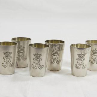 6 Schnapsbecher, um 1900, 800er Silber, gemarkt Binder Schwäbisch Gmünd, graviert mit Initialen KR mit Krone, Württemberg, sehr guter Zustand. H: 4,5 cm, www.beyreuther.de