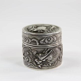 Kleine Dose, China, um 1900, Silber, gemarkt, verziert mit halbplastischen Drachenmuster, guter Zustand. H: 4 cm. Little box, about 1900, China, silver, with dragon, www.beyreuther.de