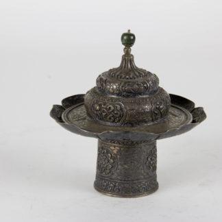 Teeschalenaufsatz mit Deckel, Tibet, 19./20. Jh., Silber, verziert mit buddhistischen Symbolen und Ornamenten, Deckelabschluß aus Jade. H: 11 cm, www.beyreuther.de