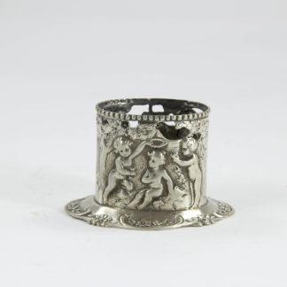 Zahnstocherbehälter,um 1900 , 800er Silber, im Rokokostil, verziert mit Puttis, guter Zustand. H: 4,5 cm, B: 6 cm, www.beyreuther.de