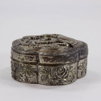 Dose, um 1900, China, Zinn versilbert, mit plastisch aufgelegten Drachen und Blumen verziert, stärkere Gebrauchsspuren. D: 7,3 cm, H: 3,5 cm, www.beyreuther.de