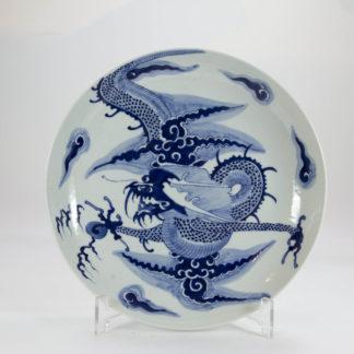 Tiefer Teller, China, 20. Jh., gemarkt mit blauen Doppelring, bemalt mit chinesischen Drachen, Perle und Wolken in blau-weiß, unbeschädigt. D: 23 cm. Plate, China, about 1900, marked, painted with a Chinese dragon, pearl and clouds in blue, www.beyreuther.de