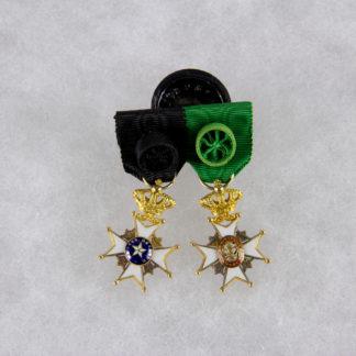 Miniaturspange, Schweden, erste Hälfte 20. Jh., Miniaturen des Nordsternordens Offizier und des Wasa Ordens Offizier, 18 Karat Gold, sehr feine Qualität, Tragespuren. H: 28 mm, www.beyreuther.de