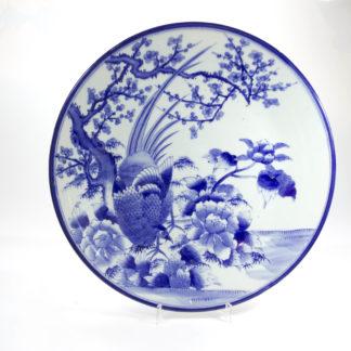 Großer Teller, Japan, 19. Jh., in Blaumalerei Darstellung eines Fasans in Landschaft, unbeschädigt, Gebrauchsspuren. D: 46 cm, www.beyreuther.de