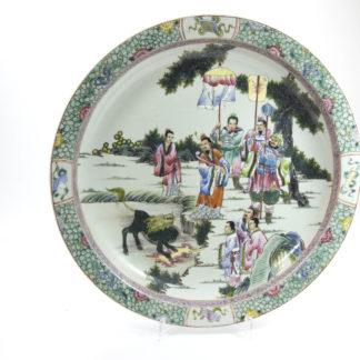 Großer Zierteller, China, 19./20. Jh., im Fond Darstellung einer Zeremonie, feine Malerei, guter Zustand. D: 45 cm, www.beyreuther.de
