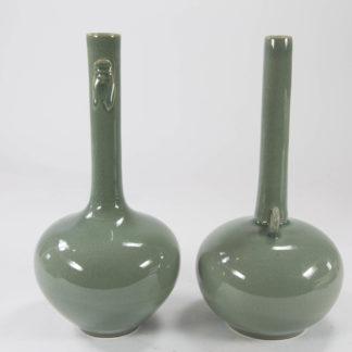 2 Vasen, China oder Japan, 20. Jh., wohl Keramik, seladongrüne Glasur, eine Vase mit zwei Zikaden am Vasenhals, die andere Vase mit zwei Ringen am Vasenhalsanfang, Krakele, undeutliche Marken in blau und rot, minimaler Chip am Fuß. H: 24,5 cm, www.beyreuther.de