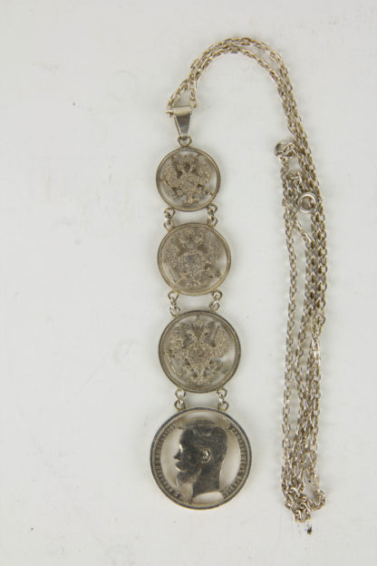 Kette, Russland, um 1915, gefertigt aus 4 Silbermünzen, 3 Kopekenmünen mit ausgeschnitten Zarenadler, als Abschluss 1 Rubel mit dem Portrait von Zar Nikolaus II, schöne Fertigung, leichte Tragespuren. L: 39 cm, www.beyreuther.de