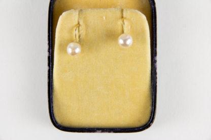 Paar Ohrringe, Schweden, Gold, gestempelt mit Schwedischer Krone, besetzt mit Perle, gebrauchter Zustand. D: 7 mm, www.beyreuther.de