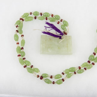 Kette, China, Anf. 20. Jh., grüne und rote Glasperlen, Jadeanhänger. L: 32 cm, chain, China, 20th century, green and red glass pearls, good condition, www.beyreuther.de