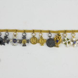 Miniaturkettchen, Deutschland, Ende 19. Jh., Gold, Miniaturen zu den Orden: 1. EK II 1870, Silber, 2. Roter Adler IV. Klasse, 1. Modell Silber, 3. Kronenorden III. Klasse, Gold, 4. Landwehrauszeichnung Silber, Gold, 5. Kompetantenmedaille 1870, 6. Kompetantenkreuz 1866, 7. Centenarmedaille, 8. Orden der Eisernen Krone, III. Klasse, Gold, 9. Albrecht Orden, Ritter, I. Klasse, Gold, 1. Modell, 10. Philipporden, Ritter, I. Klasse, Gold, 11. Orden vom Weißen Falken, Ritter, II. Klasse, 1. Modell, Provenienz: Walter Kyllmann, www.beyreuther.de