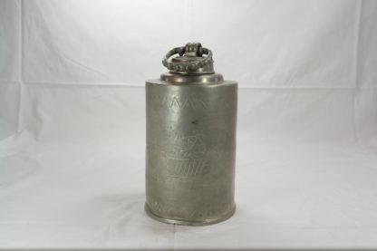 Schraubflasche, 1. Hälfte 19. Jh., deutsch, Zinn, umlaufend mit Blumenkörben graviert und Initialen P.H., Gebrauchsspuren. H: 22 cm.