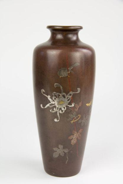 Paar Vasen Japan, Meiji-Taisho Periode, signiert, Bronze, verziert mit Spatz und Chrysanthemen in Gold, Silber und Kupfer eingelegt, eine Vase mit 2 Dellen, sonst guter Zustand.