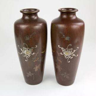 Paar Vasen Japan, Meiji-Taisho Periode, signiert, Bronze, verziert mit Spatz und Chrysanthemen in Gold, Silber und Kupfer eingelegt, eine Vase mit 2 Dellen, sonst guter Zustand. www.beyreuther.de
