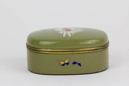 Kleine Emaille-Dose, Japan, Meiji-Showa Periode, graugrüne Grundfarbe, mit Blumen, Huhn umlaufend und Hahn auf dem Deckel bemalt, teilvergoldet, innen mit Stoff ausgeschlagen, sehr feine Qualität, unbeschädigt, Gebrauchsspuren. L: 6,5cm, H: 2,6 cm.