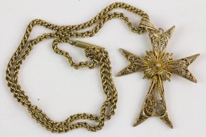 Kette mit Anhänger, Ende 19. Jh., Silber vergoldet, Kreuz an Silber vergoldeter Kordelkette, unterer Kreuzarm rückseitig stärker beschädigt. Kreuz: 6 cm x 4 cm, Kettenlänge: 49 cm.