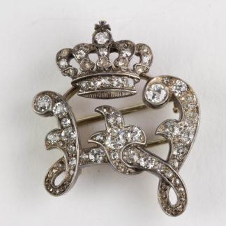 Geschenknadel, um 1900, Rotgold, Steine in Silber gefasst, Bekröntes W für Wilhelmina der Niederlande, mit Diamanten besetzt. B: 2,5 cm. 6,2 g. www.beyreuther.de