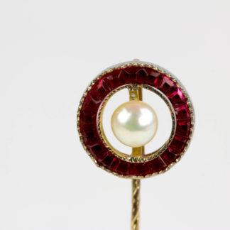 Krawattennadel, 20. Jh., 585er Gold, ungestempelt, Ring mit Rubinen besetzt, in Mitte Perle, sehr elegant, L: 6 cm, 1,6 g. www.beyreuther.de