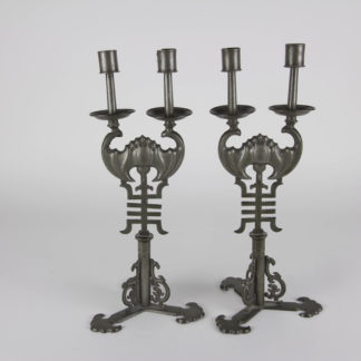 Paar Leuchter, China, 19./20. Jh., Zinn, verzierter Stand, Mittelteil in Form einer Fledermaus, herausnehmbar, Gebrauchsspuren. H: 36 cm. A pair of candleholder, China, tin, in the middle shape of a bat, good condition. www.beyreuther.de