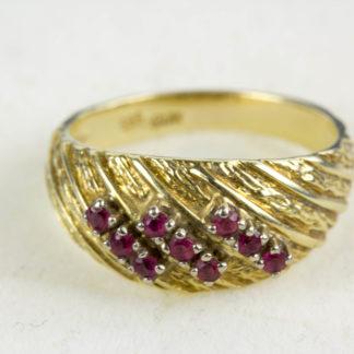 Ring, 585er Gold gestempelt, besetzt mit kleinen Rubinen, getragen, Gebrauchsspuren, Ringgröße 54, ca. 17,4 mm, www.beyreuther.de