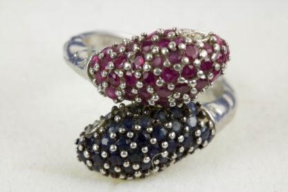 Ring, 925er Silber gestempelt, als zwei Schlangenköpfe gearbeitet, besetzt mit roten und dunkelblauen Steinen, getragen, Gebrauchsspuren, Ringgröße 54, ca. 17,4 mm.