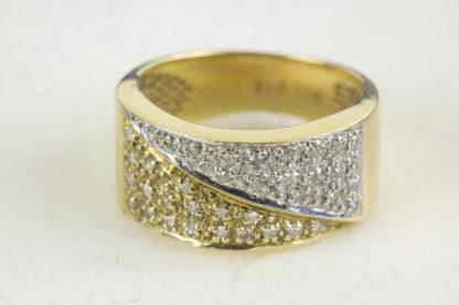 Ring, 20. Jh., 585er Gold, 5,6 g, ca. 0,20 ct, Gelb- und Weissgold, mit kleinen Diamanten besetzt, Tragespuren. D: 16 mm. www.beyreuther.de