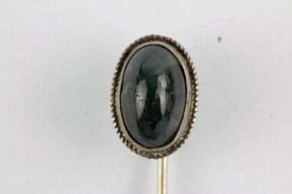 Krawattennadel, Anf. 20. Jh., Silber, grüner, gefasster, ovaler Stein. L: 6,4 cm.